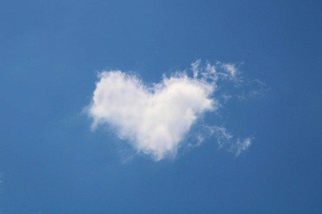 ハートの雲の待ち受け画面